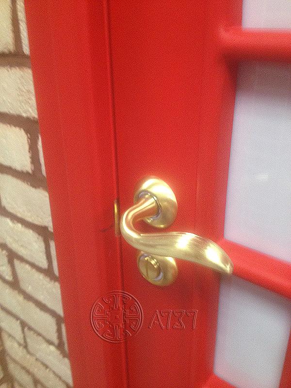 двери в стиле лондонской телефонной будки